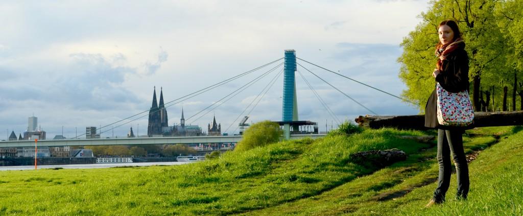 Noch ein Bild von der Tasche und mir am Rhein
