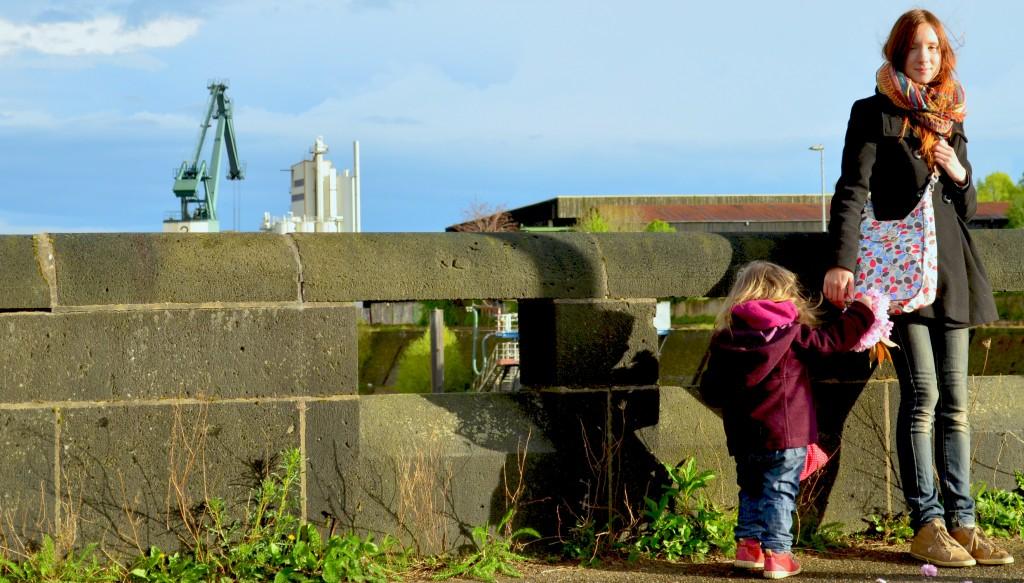 Mit meinem Kleinkind und unseren Taschen auf der Brücke