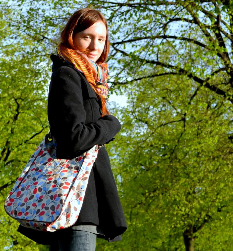 Mit der Tasche von Boden im Park